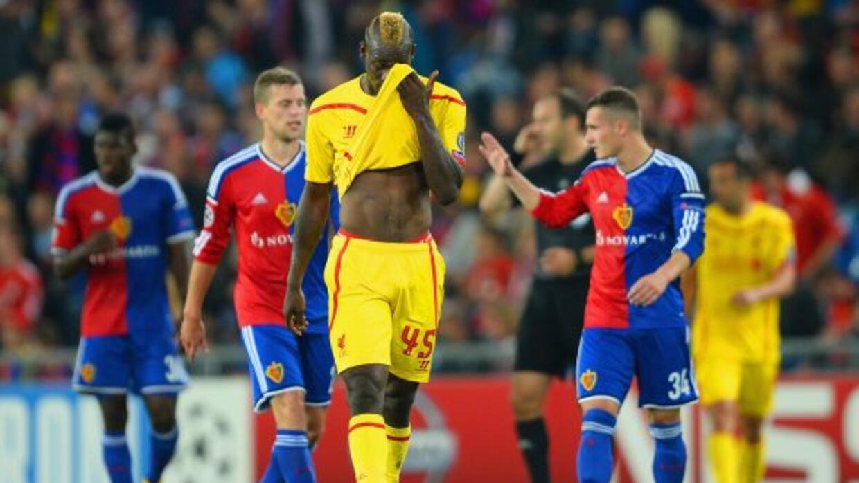 Balotelli luce decepcionado mientras el Basilea festeja.