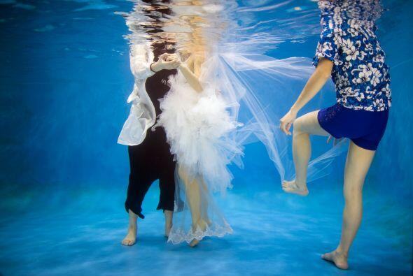 El novio mencionó que tomaron estas fotografías de la boda bajo el agua...
