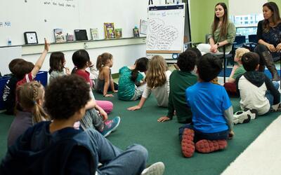La educación bilingüe no solo favorece a los latinos, sino a...