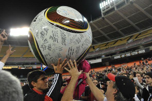 El boliviano recibió honores de héroe antes del encuentro por su especta...