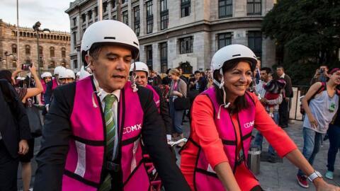 Angel Mancera, jefe de gobierno de la Ciudad de México, junto a A...