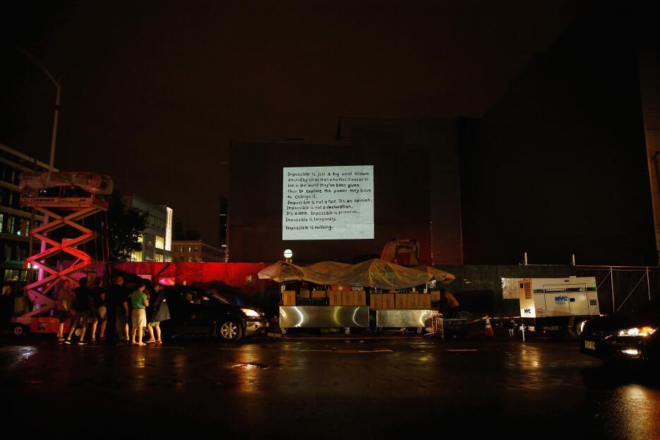 """Su reflexión sobre """"lo imposible"""" en la avenida Nicholas con la calle 125."""