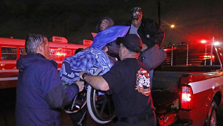 Bomberos de Louisiana evacúan a un hombre en silla de rueda de Lake Char...
