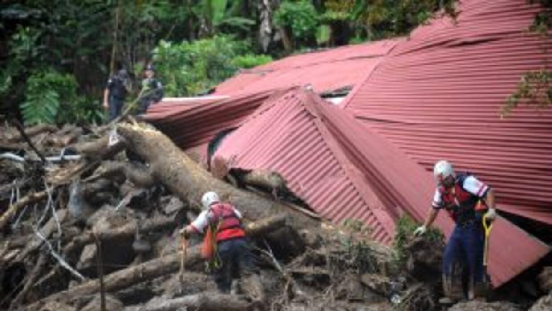 Los equipos de rescate aún se encontraban buscando a tres escolares que...