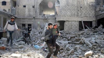 Trasladan heridos tras un bombardeo en Guta, cerca de Damasco.
