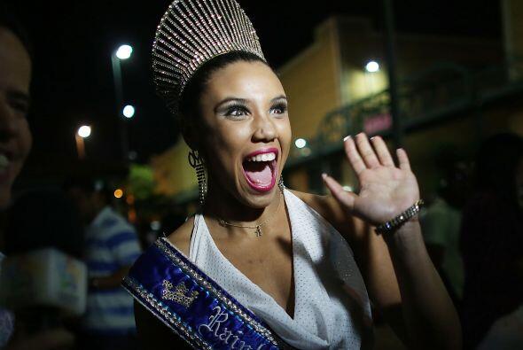 La nueva reina del carnaval saluda a la cámara durante un descans...