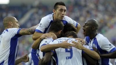 El mexicano Héctor Herrera (arriba) entró de cambio con los 'Dragones',...