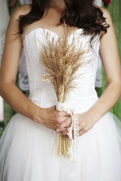 Para atar el ramo de novia, suele usarse una tira, pero también te recom...