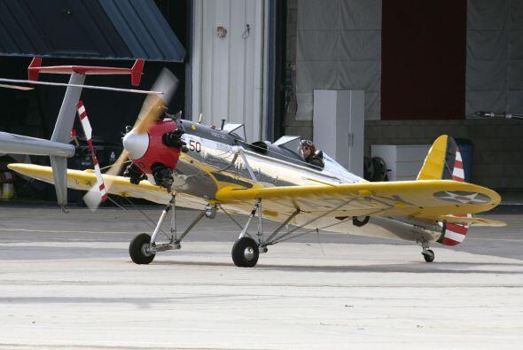 Estas fotografías de Ford piloteando su avión fueron tomadas apenas el 2...