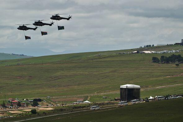 Y aviones de combate sudafricanos sobrevolaron el cielo de Qunu en honor...