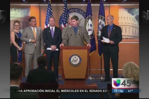 El grupo de ocho senadores a cargo de redactar el proyecto de ley de la...