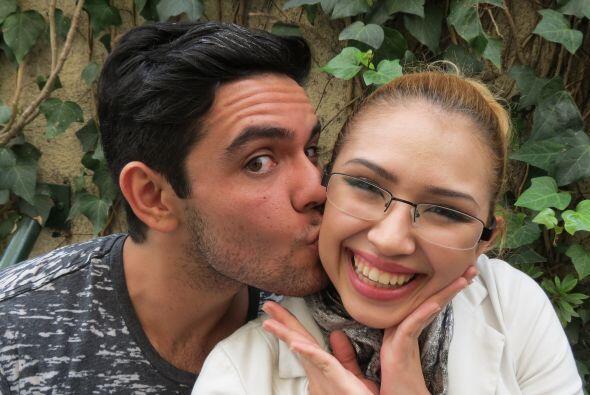 Espiridión Magaña dándole un besito a Paloma Carrasco.