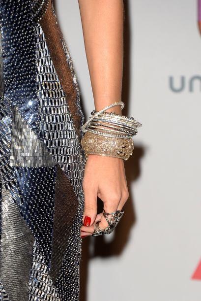Y las pulseras en color plata no podían faltar para que combinaran a la...