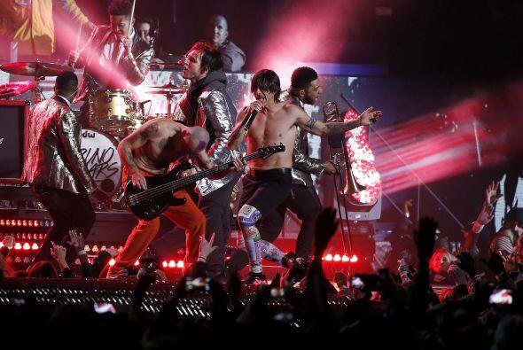 "Y salieron los Red Hot Chili Peppers con su éxito ""Give It Away"" (AP-NFL)."