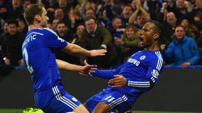 Drogba festeja junto a Ivanovic luego de marcar para los 'Blues'.