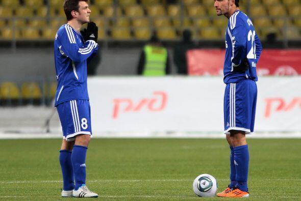 """""""Pasame el balón por favor"""", parece decirle Mizimovic a Kurayi del Dynam..."""