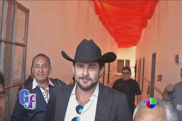 Ya más relajado, Gerardo salió y ofreció unas palabras a El Gordo y la F...