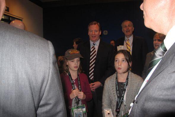 El comisionado de la NFL Roger Goodell llegó acompañado de su familia.
