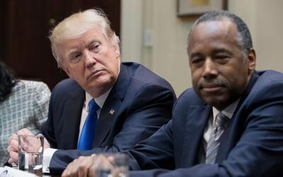 El presidente Trump junto al secretario de Vivienda y Desarrollo Urbano,...