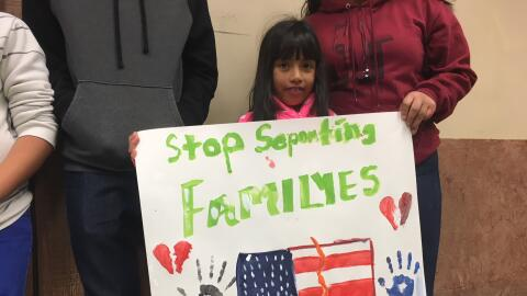 Perla Ojeda, de siete años e hija de una indocumentada, sostiene un cart...