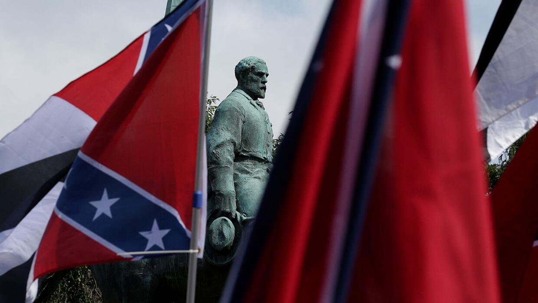 Banderas rodean una estatua de Robert E. Lee durante una marcha de supre...