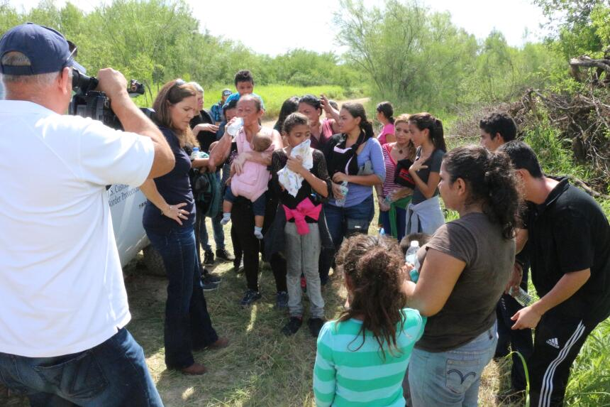 Este grupo de 24 inmigrantes fue interceptado por la Patrulla Fronteriza...
