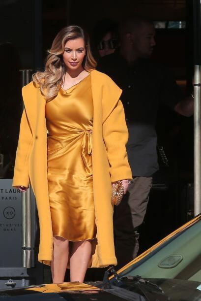 Kim Kardashian deslumbró con un traje amarillo oro, durante su día de co...
