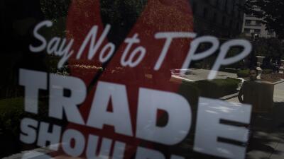 Un anuncio en contra del TPP en una parada de Washington.