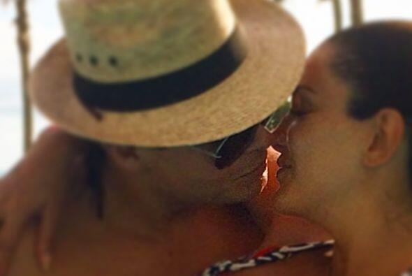 Giovanni Medina la derrite de puro amor, ¡qué besotes se dan!