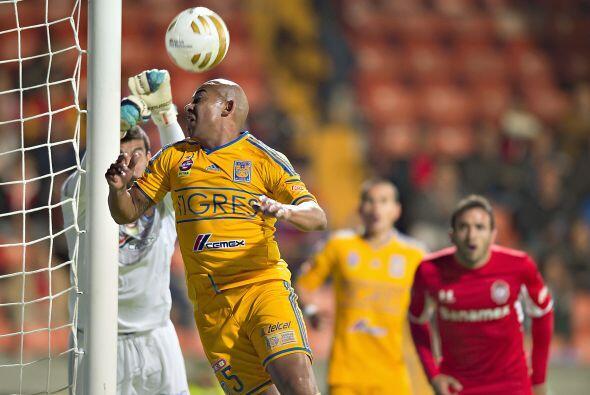 En un cobro de tiro de esquina, Lucas Lobos intentó clavar un gol olímpi...