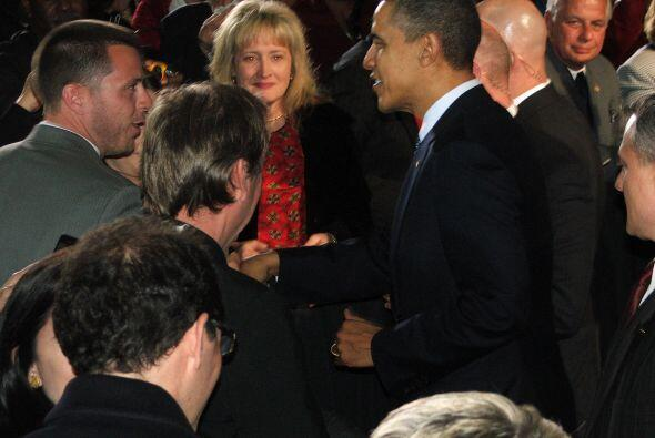 Como último punto en su agenda, Obama se dirigió a una cena con un peque...