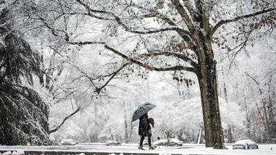 Annaelise Kennedy, de 17 años, regresa tras recorrer el campus de...