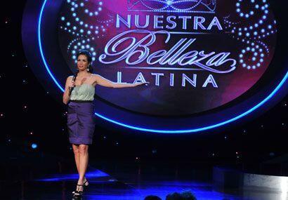 Durante la tercer gala, Giselle lució un vestido bicolor de la diseñador...