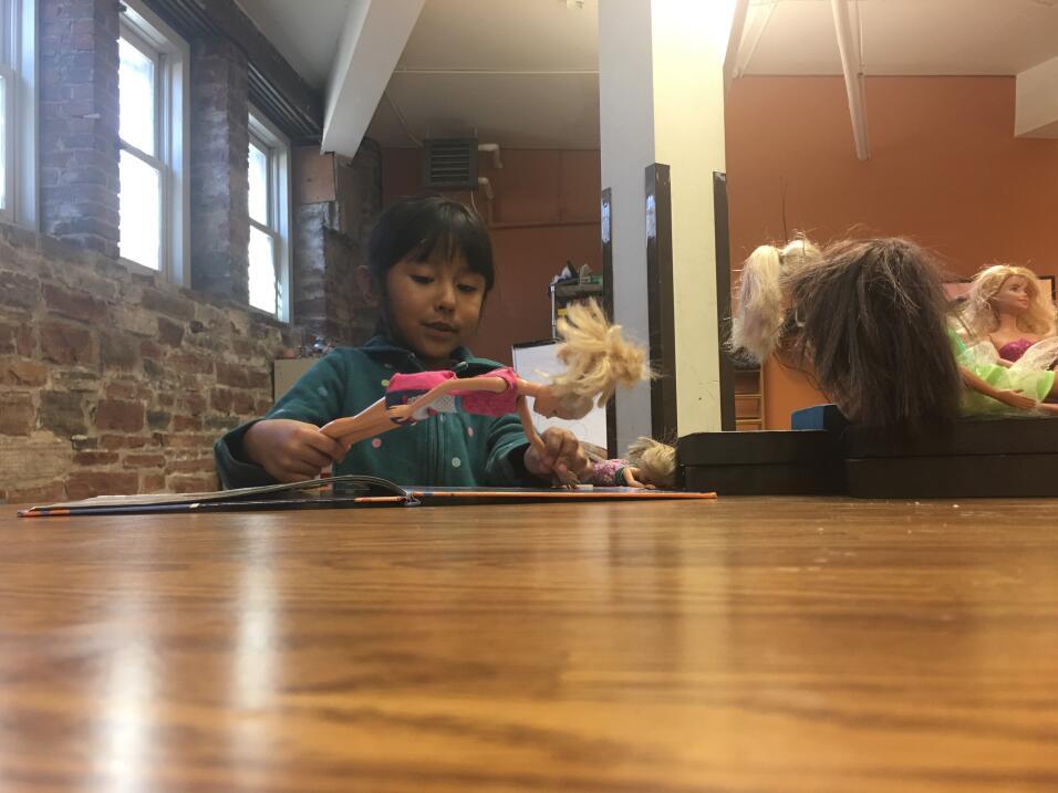 Zury, la hija más pequeña de Vizguerra, juega con sus muñecas en un saló...