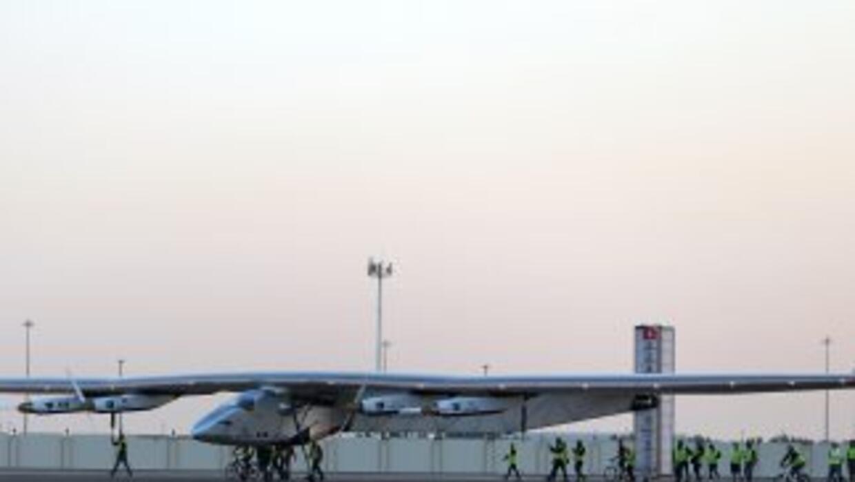 El Solar Impulse 2 poco antes de despegar de Omán rumbo a India, la segu...