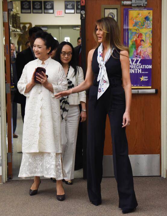 Theresa May usa un brazalete de Frida Kahlo y las redes la condenan por...