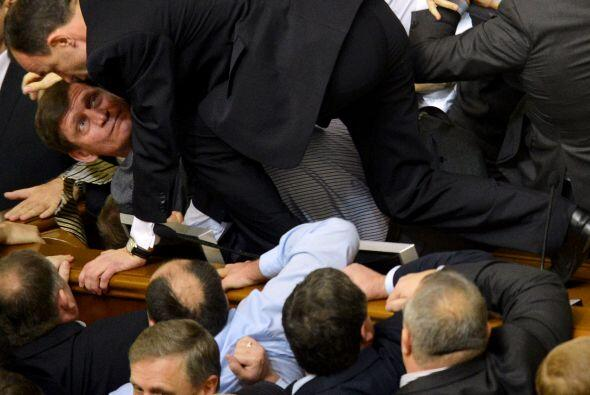 Mientras que los parlamentarios de la oposición se encaramaban al...