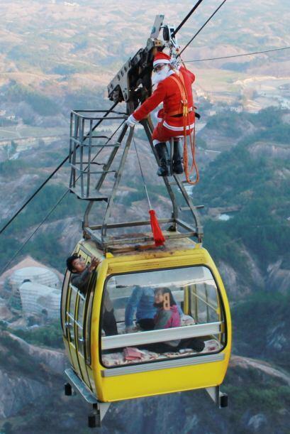 Santa no tiene límites y tampoco miedo a las alturas por eso decidió col...