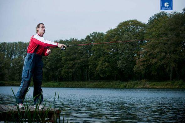 El portero Christian Wetklo, se dedica a la pesca.