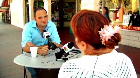 El periodista León Krauze conversa con una migrante en su segment...