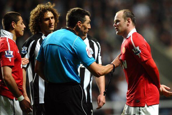 El árbitro estaba dispuesto a amonestar al mexicano y el capitán Rooney...