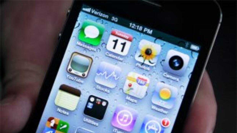 La niña tomó el iPhone para comunicarse con el personal de emergencias.