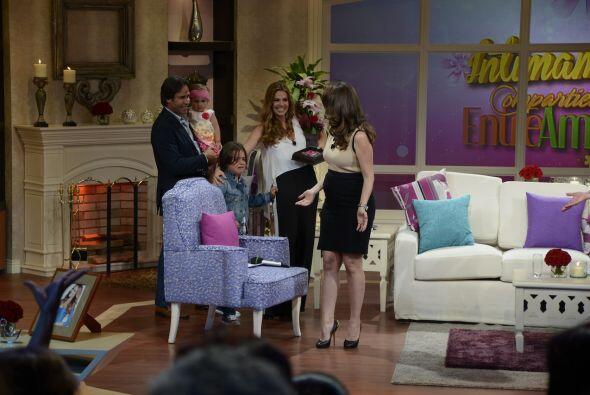 La actriz se abalanzó sobre su familia, muy contenta.