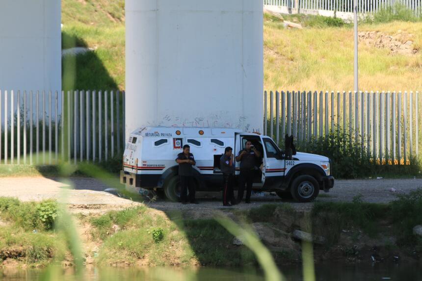 La zona es custodiada fuertemente por los agentes de México y Estados Un...