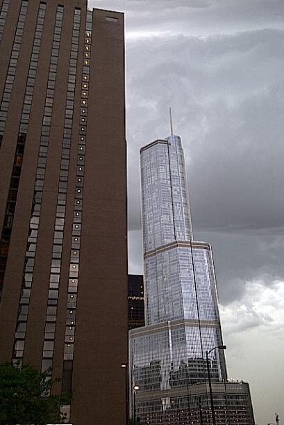 Vista del Trump Tower tras la llegada de las tormentas eléctricas El cen...