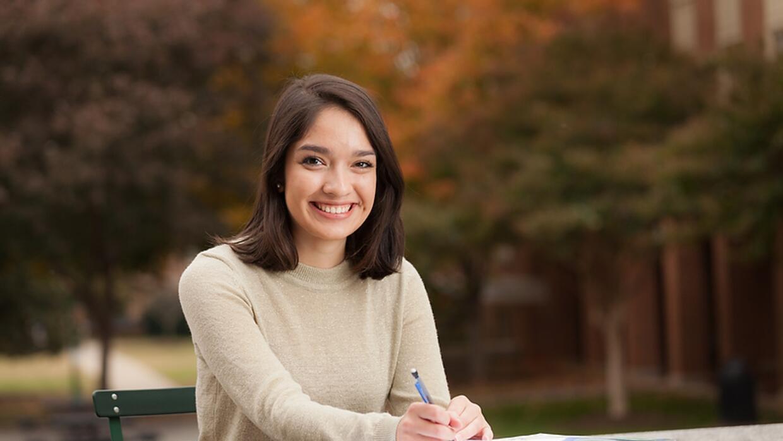 Cazandra Rebollar es una de las becarias del programa Golden Door Scholars.
