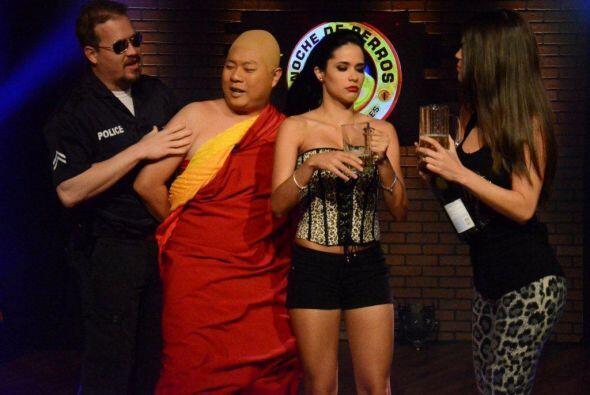 La fiesta era perfecta hasta que el monje fue descubierto.
