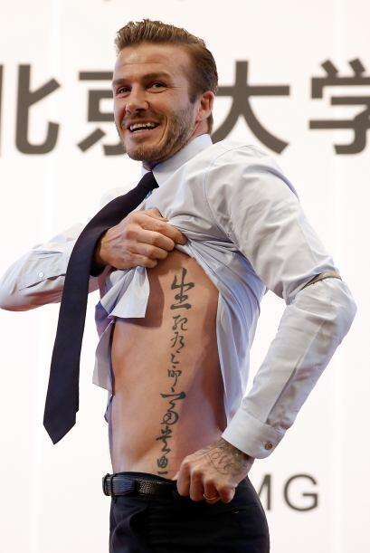 David Beckham muestra su tatuaje a los aficionados durante su visita a l...