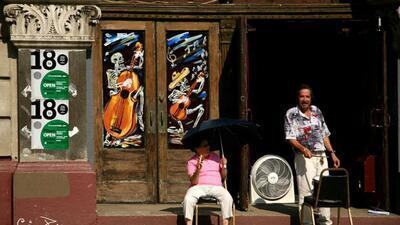 Residentes del vecindario Pilsen en Chicago en un día caluroso de 2007.