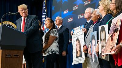 En medio de crisis migratoria, Trump recibe en la Casa Blanca a padres cuyos hijos fueron asesinados por indocumentados